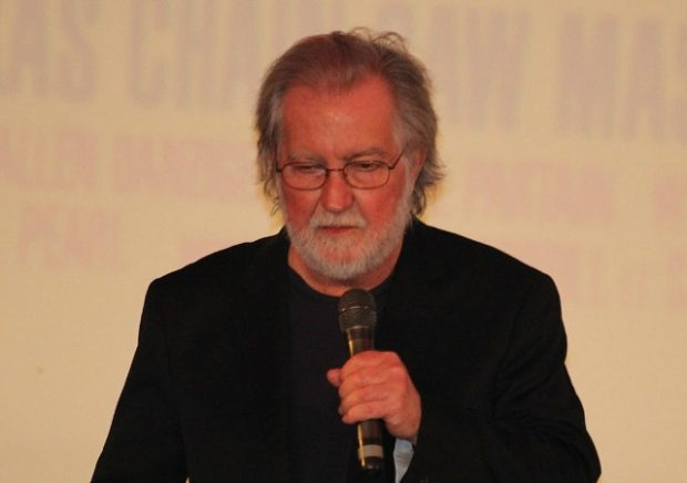 https://commons.wikimedia.org/wiki/Category:Tobe_Hooper#/media/File:Massacre_%C3%A0_la_tron%C3%A7onneuse_40eme_anniversaire_Grand_Rex_23_septembre_2014_-_25.jpg